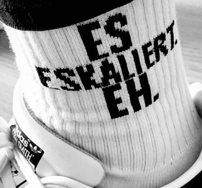 Es Eskaliert Eh Socken von der Robinson Bar